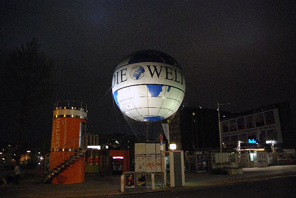 Die Welt Balloon by night