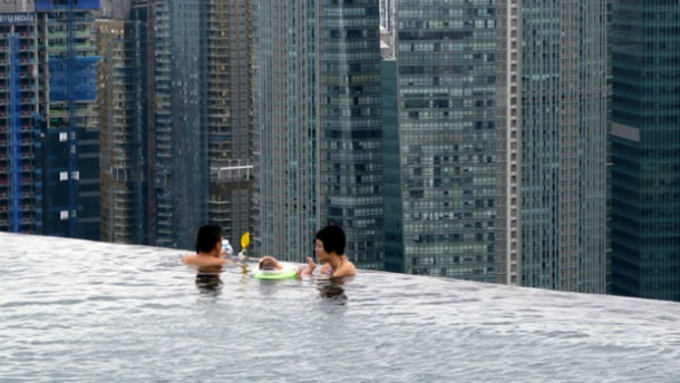 Infinity Pool - 55th Floor Hotel in Singapore - Source yatzer.com